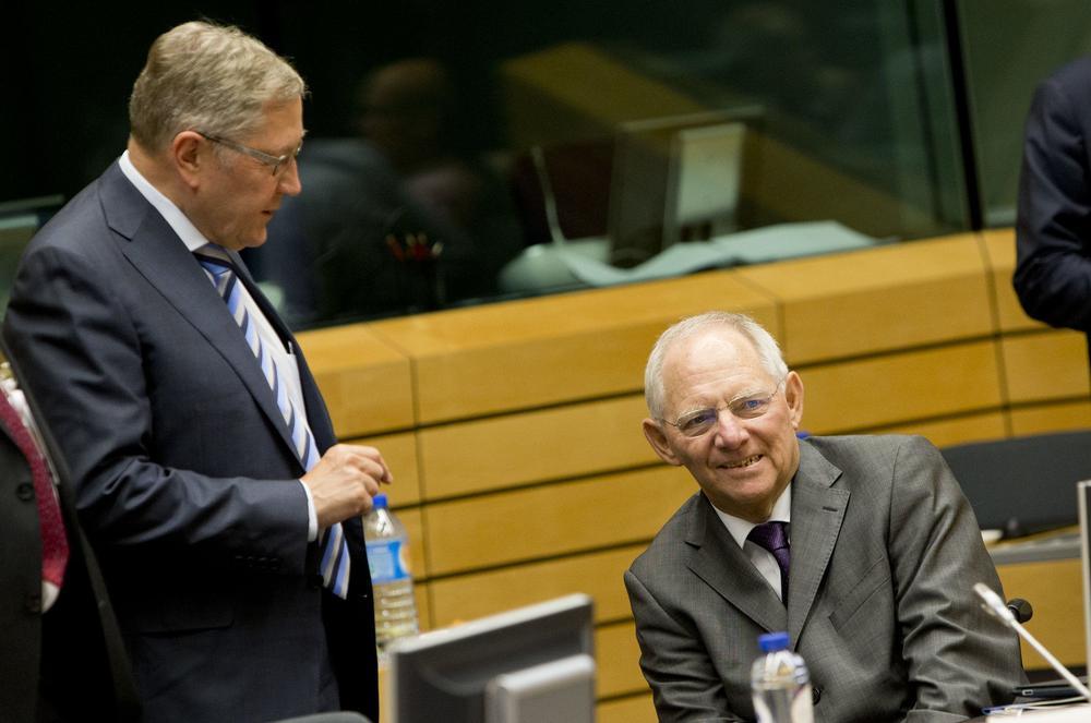 Wolfgang Schäuble und Klaus Regling unterhalten sich.