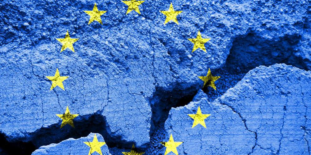 Europaflagge auf rissigen Untergrund gemalt.