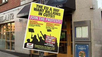 Protestplakat vor einer Pizzeria in Irland gegen Sparmaßnahmen von EU und IWF