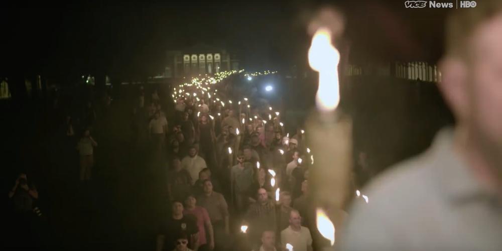 Fackelmarsch bei Nacht durch Charlottesville