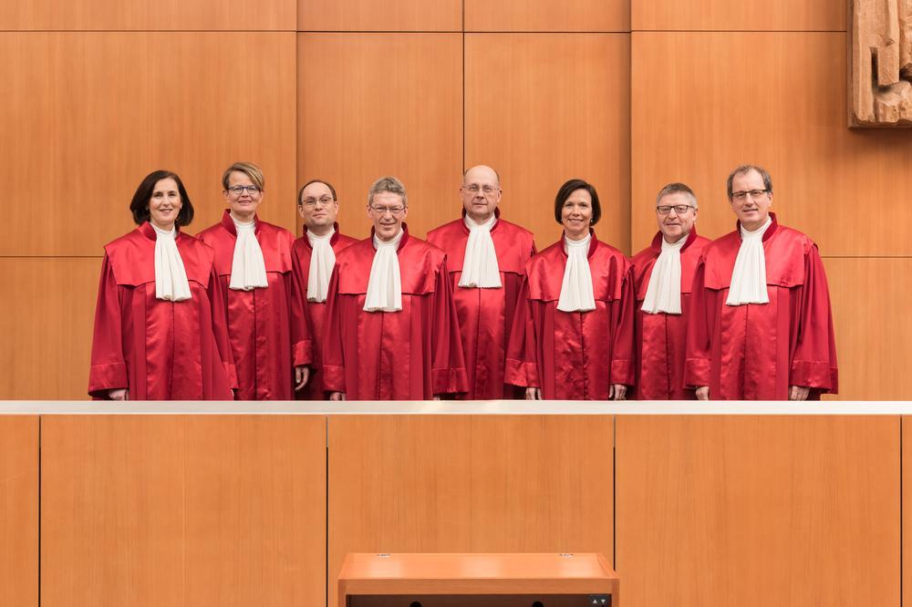 Die acht Richter des Ersten Senats des Bundesfverfassungsgerichtes in ihren roten Roben