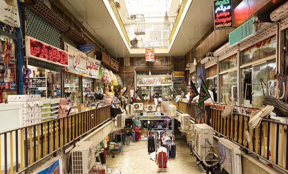 Ein Marktstand in Teheran mit bunten Süßigkeiten.