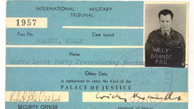 Grüner Presseausweis von Willy Brandt mit Passbild und Hinweis auf seinen Auftraggeber.