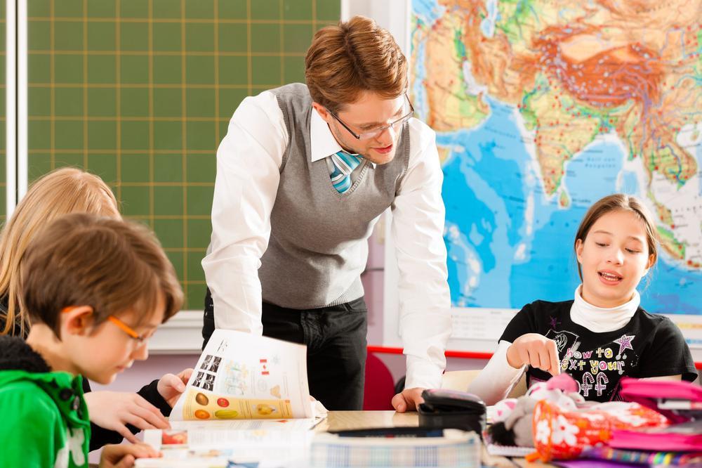 Ein Lehrer unterrichtet eine Schulklasse.