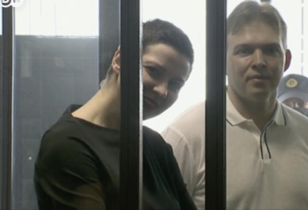 Die russische Oppositionelle Maria Kolesnikowa halb verdeckt von einem Balken, der zu einem Glaskasten gehört, in dem sie steht