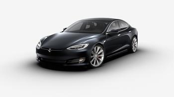 Eine schwarze Limousine vom Hersteller Tesla
