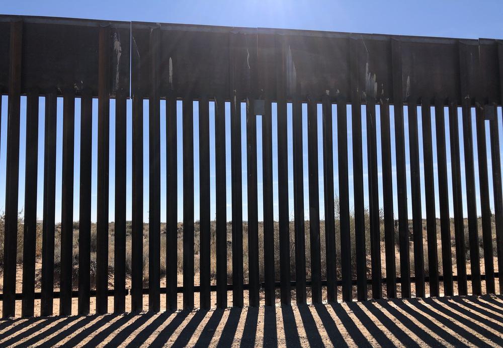 Grenzzaun in New Mexico im Gegenlicht.