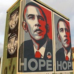 Stromkasten mit Plakaten, auf denen Obama in Popart-Farben und das Wort Hope zu sehen sind.
