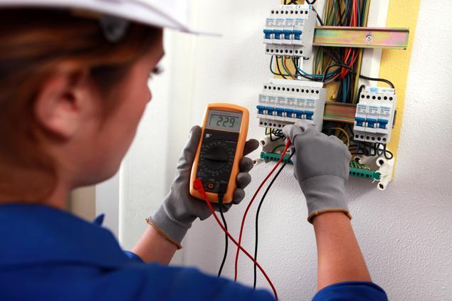 Elektronikerin Messgerät