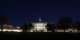 Das Weiße Haus mit Weihnachtsbeleuchtung aus der Ferne gesehen.