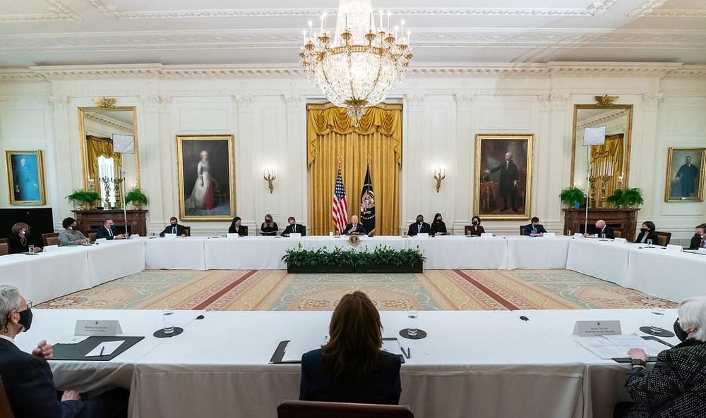 Das Kabinett von Joe Biden sitzt mit großem Abstand an einem Tisch im Viereck.