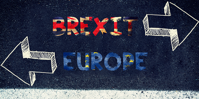 Vor dem Referendum, Auswahl durch auf Straße aufgemalte Pfeile Brexit oder Europa?