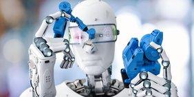 Ein Cyborg hält Roboterteile und betrachtet sie.