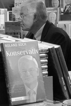 """Roland Koch mit dem Buch """"Konservativ"""""""