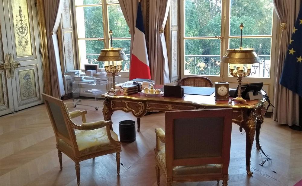 Büro des französischen Präsidenten mit Schreibtisch Ludwig XV.