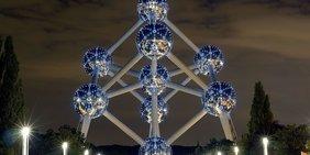 Das Atomium in Brüssel bei Nacht.