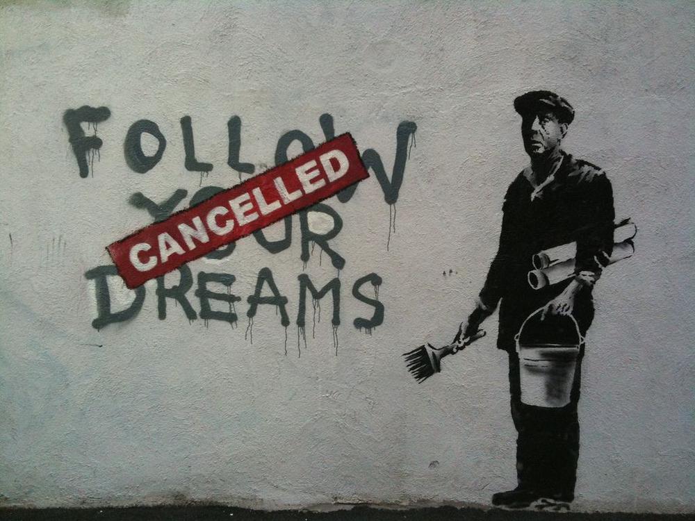 """Wandgemälde von einem Plakatierer, der die Worte """"follow your dreams"""" mit einem roten Plakatsreifen überklebt, auf dem """"canceled"""" steht."""