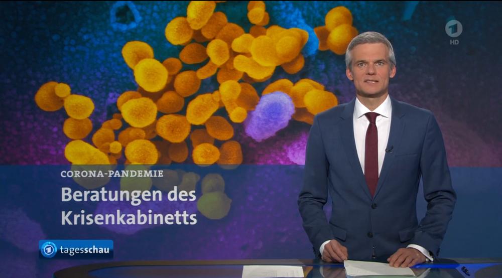 Standbild zum Beginn der Tagesschau mit Moderator und Corona-Virus-Abbildung im Hintergrund.