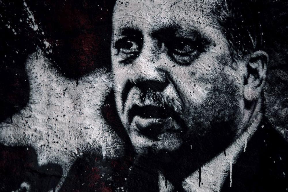 Schwarzweißes Porträt von Erdogan als Wandgemälde.