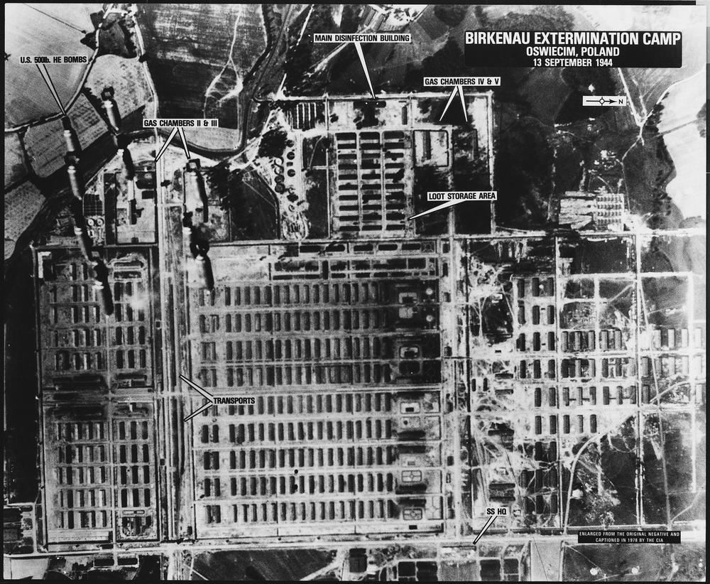Luftaufnahme des Lages Auschwitz-Birkenau mit englischer Beschriftung, die auf Gaskammern, Desinfektionsgebäude und Sammelstelle für geraubte Güter hinweisen.
