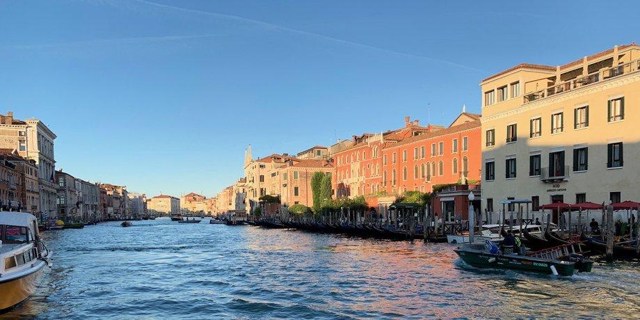 Ein fast leerer Canal Grande in Venedig während der Corona-Krise.