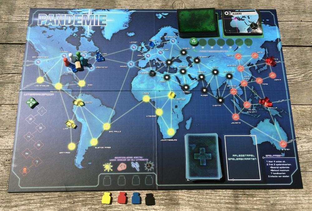 Brettspiel mit dem Titel Pandemie, auf dem Figuren und Karten liegen. Grundton des Spiels ist Blau.