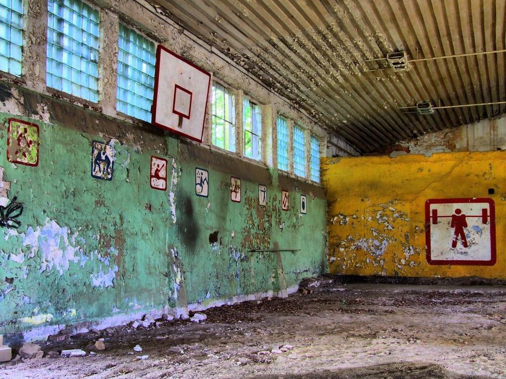 Marode Schulsporthalle mit Basketballkörben