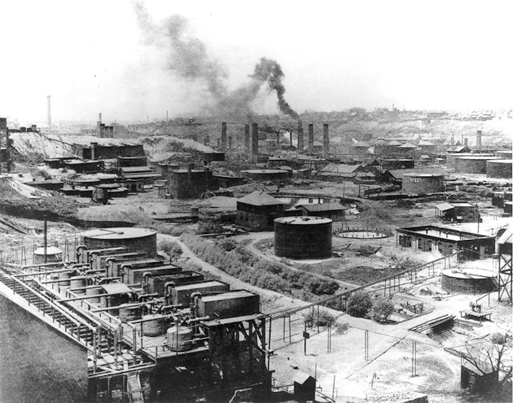Ein Ölraffinerie in Schwarzweiß.
