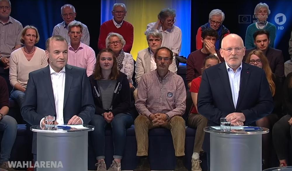 Manfred Weber und Frans Timmermans hinter Pulten bei der TV-Debatte zur Europa-Wahl.