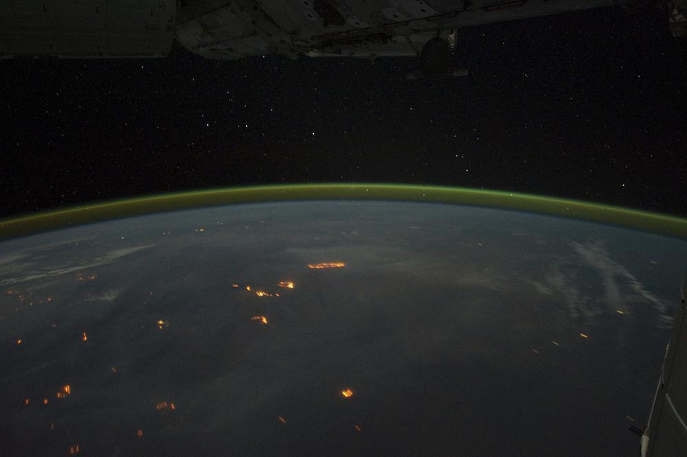 Kleine rote Flecken sind von einer Raumstation aus auf der Erde zu erkennen.