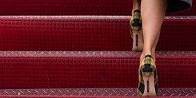 Melania Trump betritt mit High Heels die rote Treppe zur Air Force One. Es sind nur die Waden und Schuhe zu sehen.