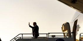 Donald Trump am Eingang zum Flugzeug Airforce One.