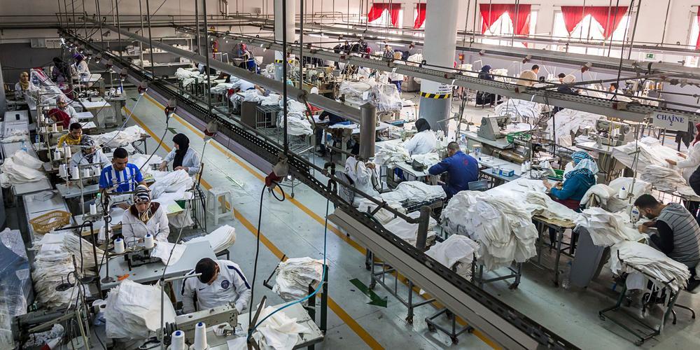 Blick von oben in eine Textilfabrik in Marokko.