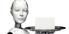 Roboter hält ein Tablett mit einem Zettel darauf in die Kamera.