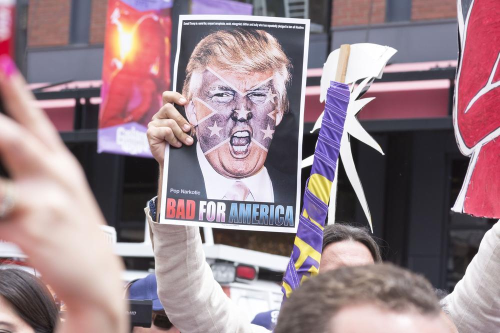 Demonstration gegen Donald Trump, bei der ein Protestierender das Schild hochhält: Bad for America.