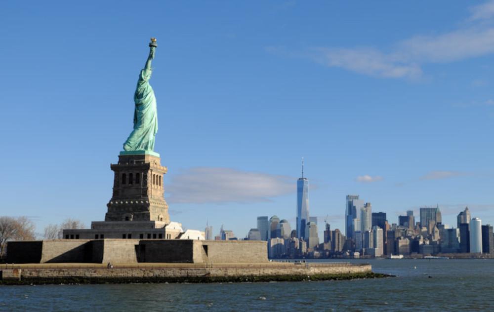 Die Freiheitsstatue in New York vor der Skyline der Stadt.