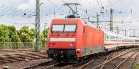 Eisenbahn mit mehren Wagons