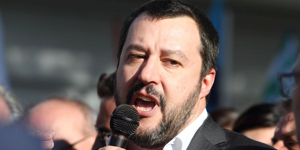 Matteo Salvini mit Mikrophon in einer Menschenmenge.