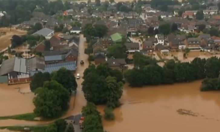 Eine Ortschaft steht unter Wasser, das braun verfärbt ist.