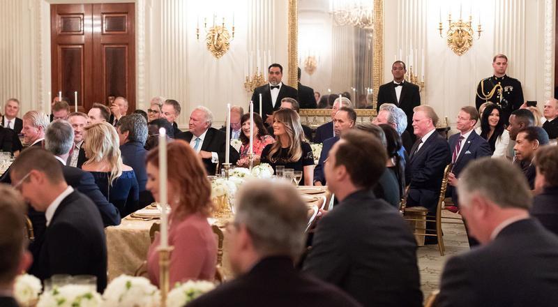 Evangelikale Christen sitzen bei einem Empfang im Weißen Haus an runden Tischen mit weißen Decken.