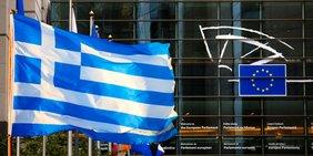 Fahne / Flagge von Griechenland vor Gebäude des Europäischen Parlaments