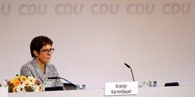 Annegret Kramm-Karrenbauer sitzt auf dem Podium beim CDU-Parteitag.