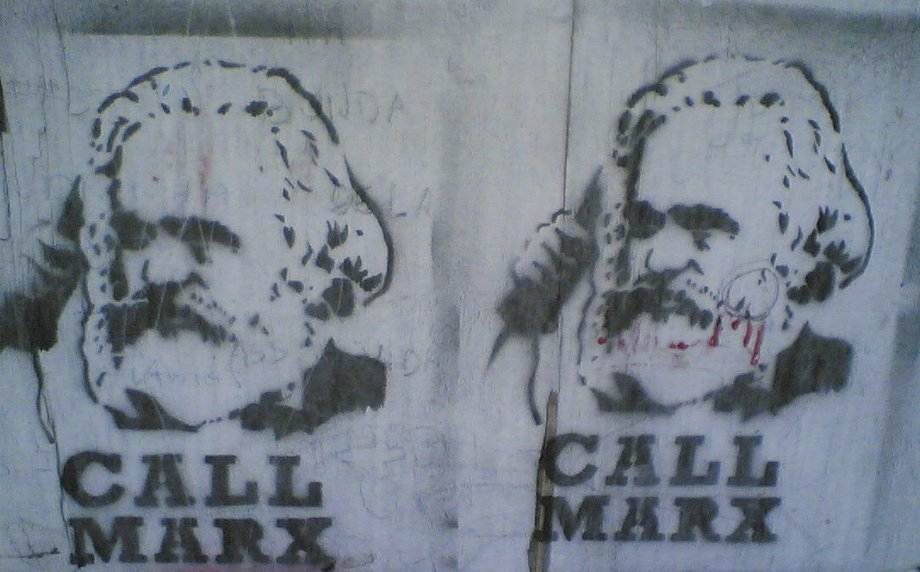 "Graffiti auf einer Wand mit Marx-Kopf, unter dem steht ""Call Marx""."