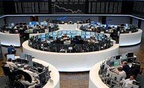 In sieben großen weißen Rondellen, die Mitte ist jeweils frei, sitzen im Kreis diverse Börsianer an ihren Monitoren und verfolgen das Börsengeschehen. Im Hintergrund ist die Entwicklung der Börse anhand einer Grafik zu sehen.