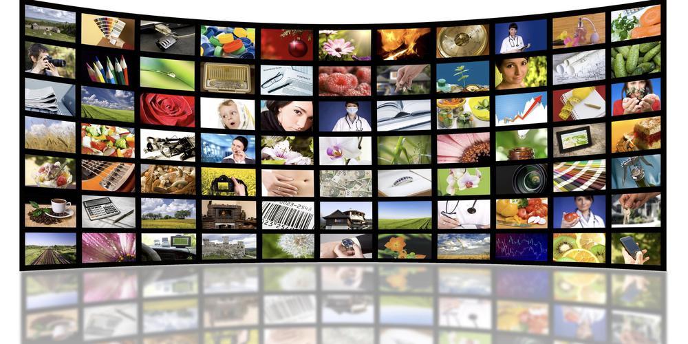 Halbrund mit Monitoren, auf denen unterschiedliche Bilder zu sehen sind.