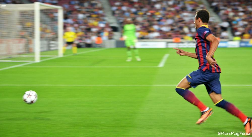 Der Fußballer Neymar stürmt mit dem Ball am Fuß auf das gegnerische Tor zu.