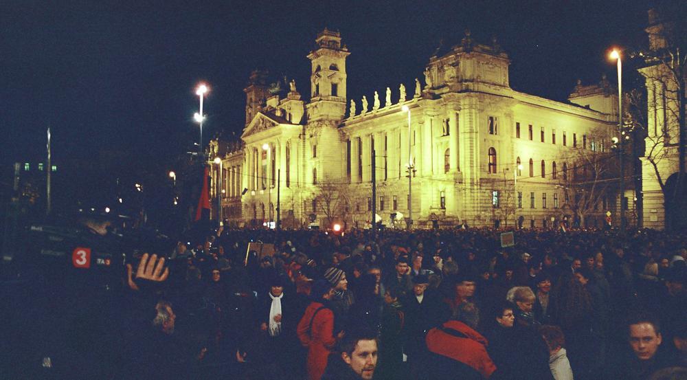 Protestkundgebung bei Nacht in Budapest.