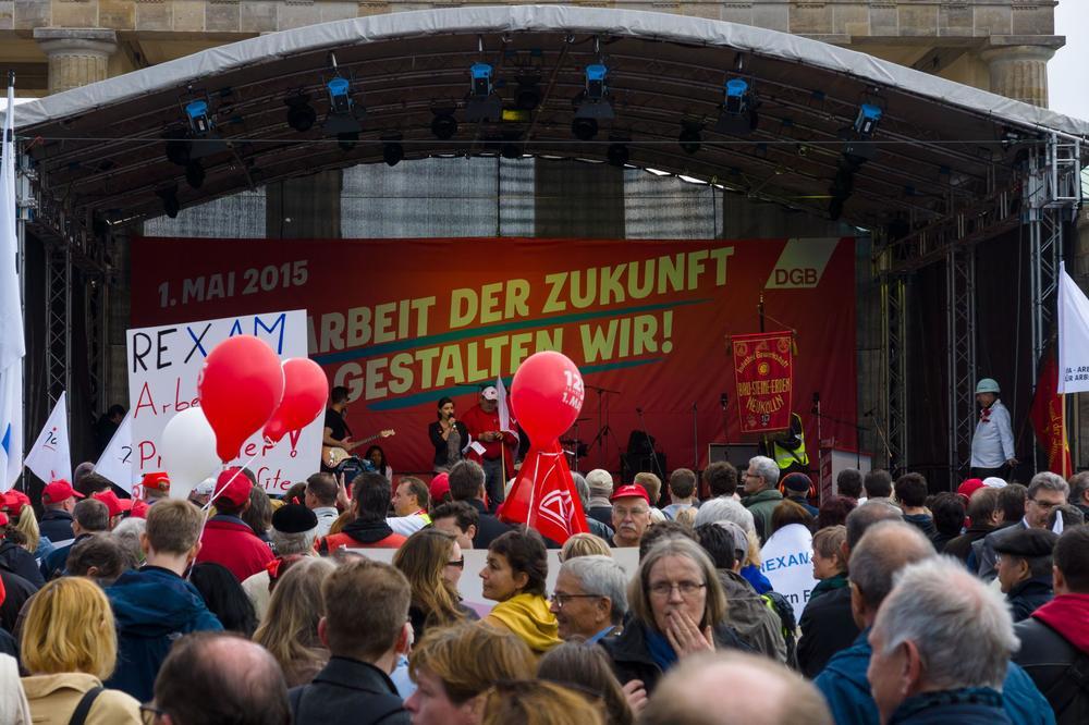 Kundgebung zum 1. Mai 2015, Blick auf die Bühne, hinter der steht: Zukunft der Arbeit.