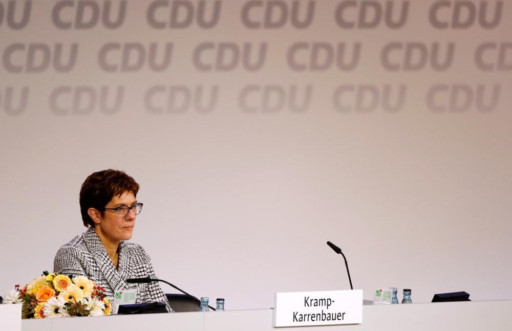 Annegret Kramp-Karrenbauer sitzt hinter einem Tisch auf dem Podium beim CDU-Parteitag.