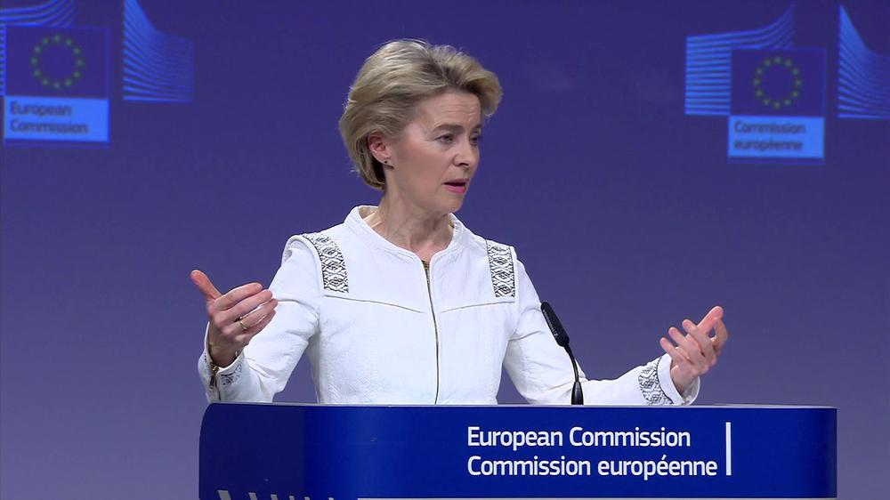 Ursula von der Leyen vor blauem Hintergrund an einem blauen Rednerpult, auf dem steht: European Commission.